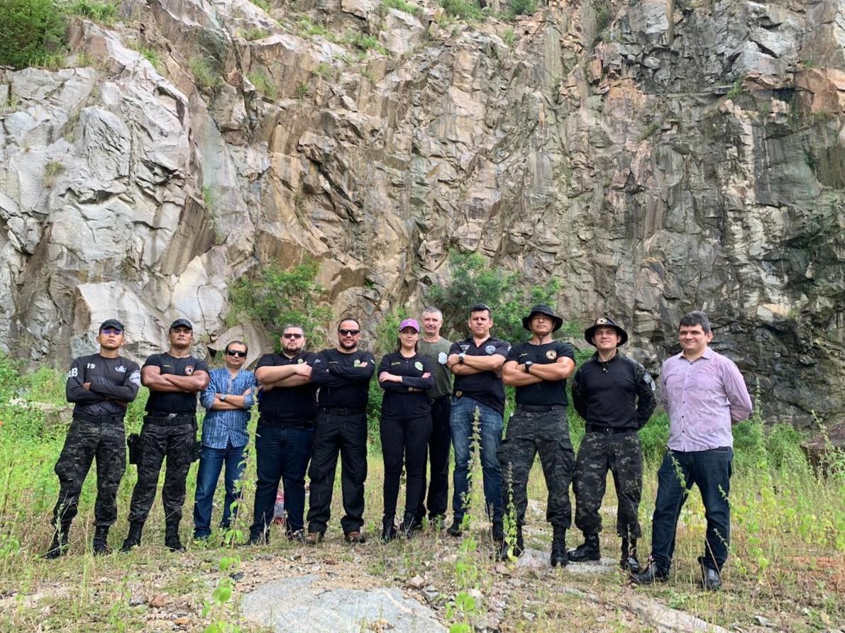 Peritos recebem treinamento de policiais do Batalhão de Operações Especiais (Bope) da PMCE para simular local de ocorrência com explosivos