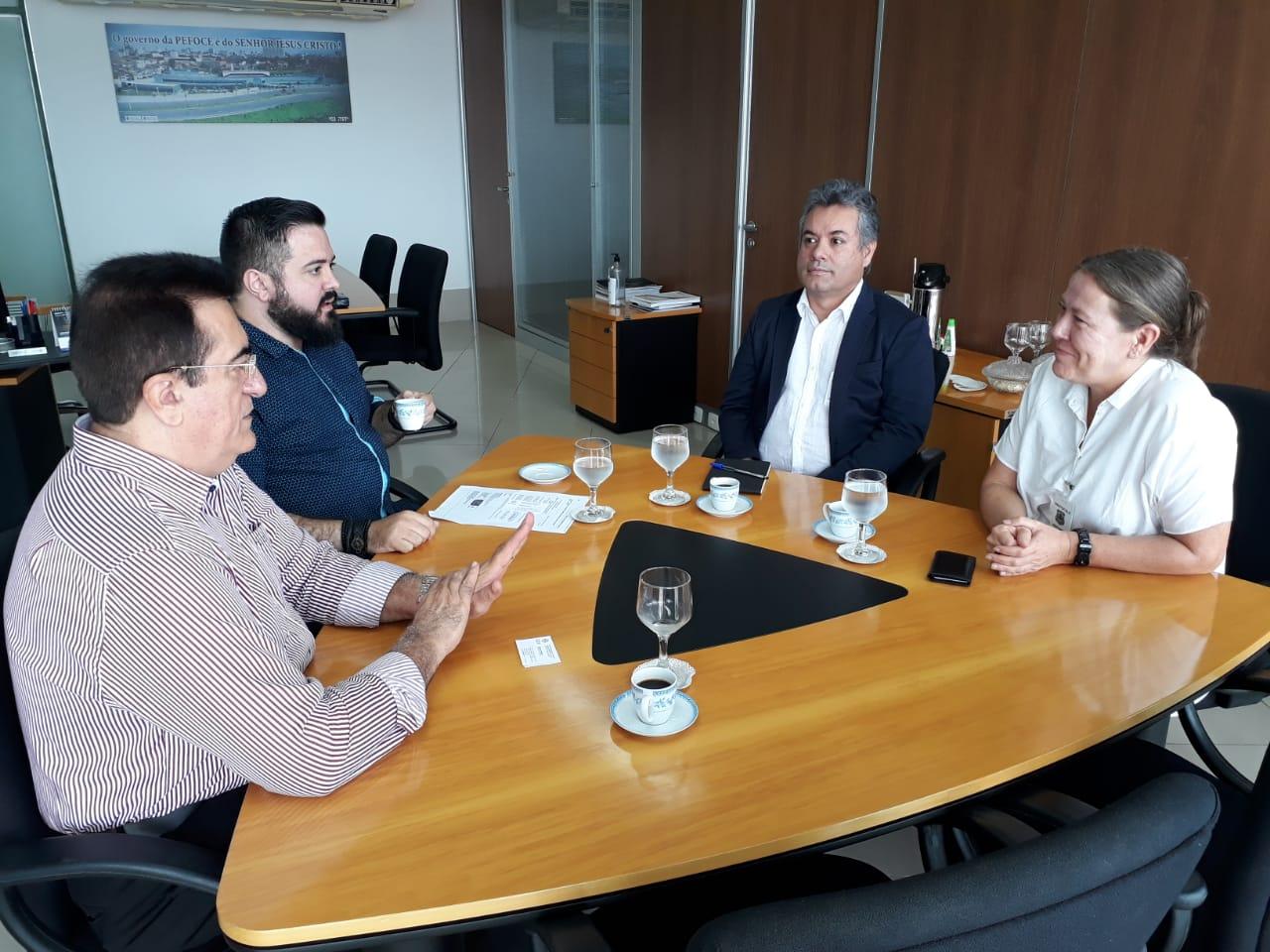 Representantes da Cruz Vermelha Internacional visitam a Pefoce e conhecem o trabalho de identificação do LIDD